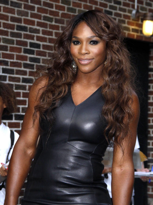 Serena Williams dengan warna rambut cokelat medium.