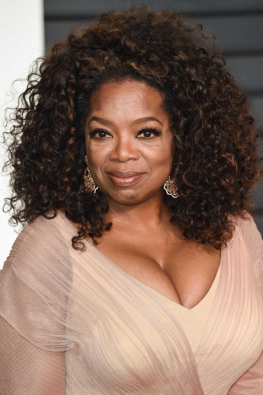Oprah winfrey hadir dengan warna rambut hitam dan highlight cokelat mahogany.
