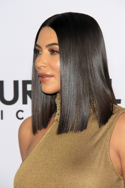 Kim Kardashian dengan warna rambut cokelat gelap.