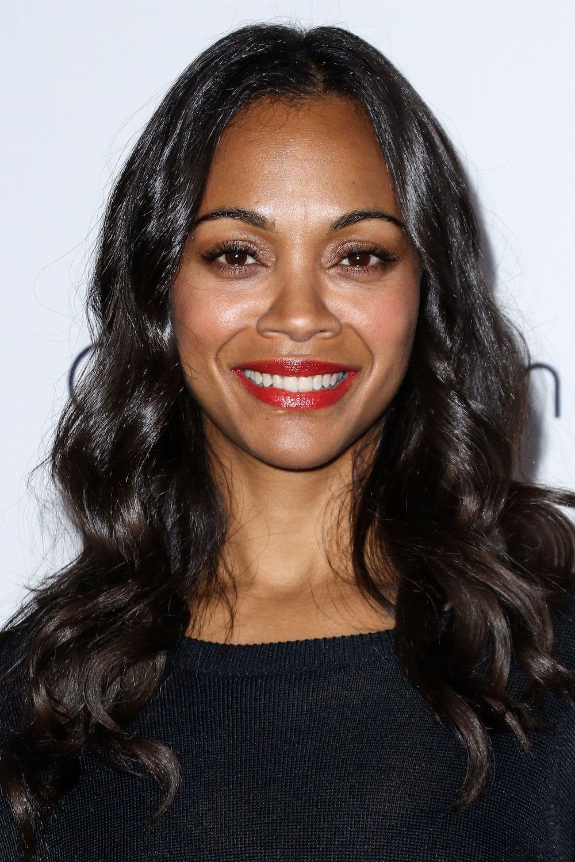 Wanita African American dengan warna rambut cokelat gelap.