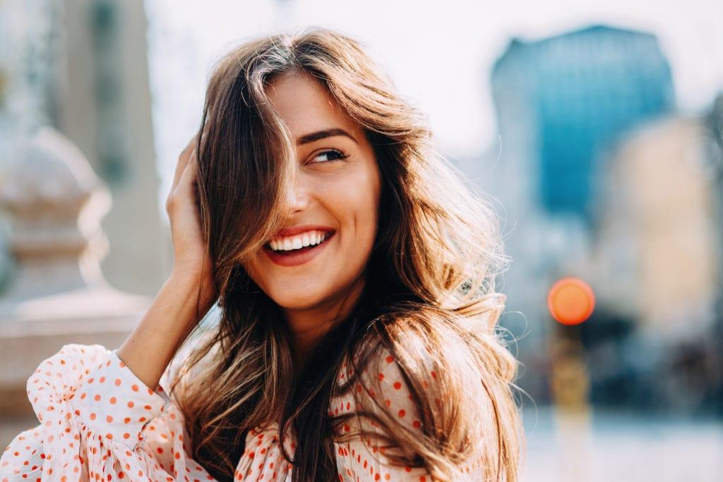 Wanita kaukasia dengan rambut panjang bergelombang