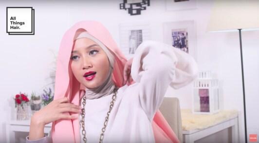 Wanita muslim sedang memakai hijab.