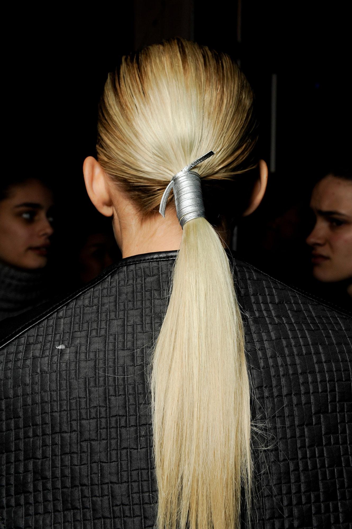 low-blonde-ponytail-sleek-carolina-herrera-aw15-indigital