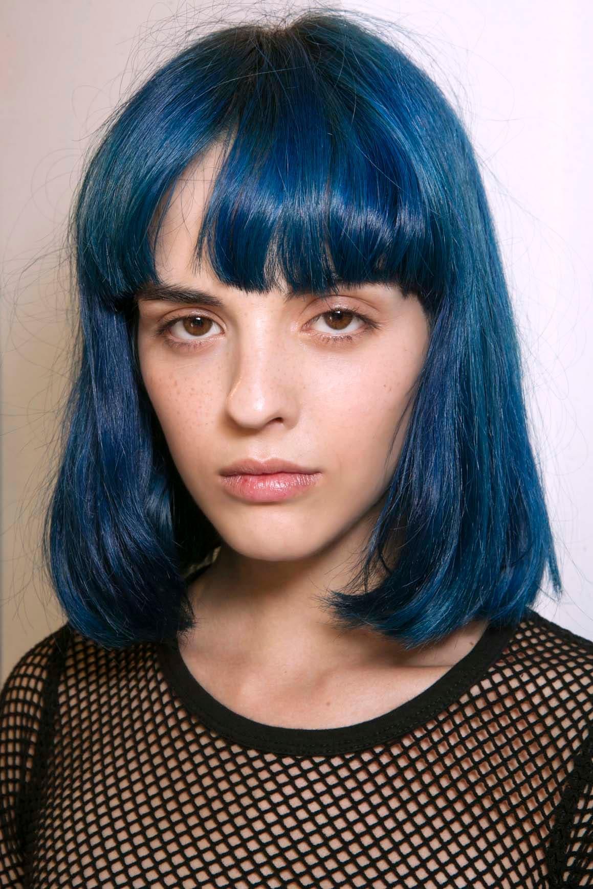 model-rambut-bob-sebahu-biru