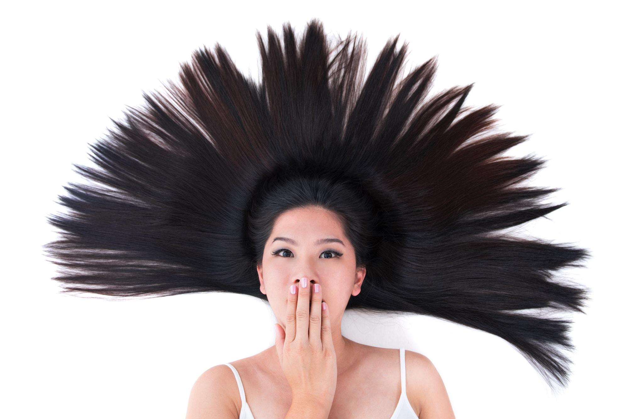 perempuan berbaring dengan rambut panjang, perbedaan smoothing dan rebonding