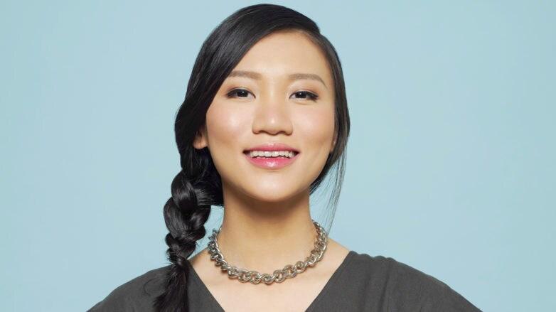wanita Asia dengan kepang samping