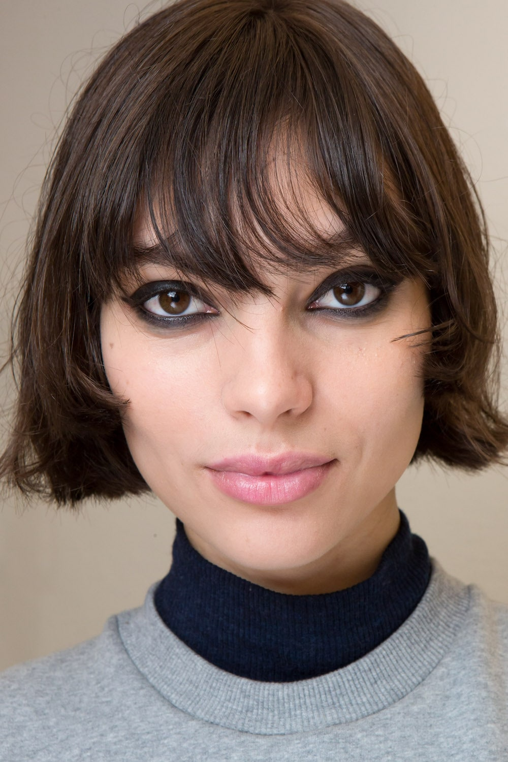 See through bangs dengan bob.