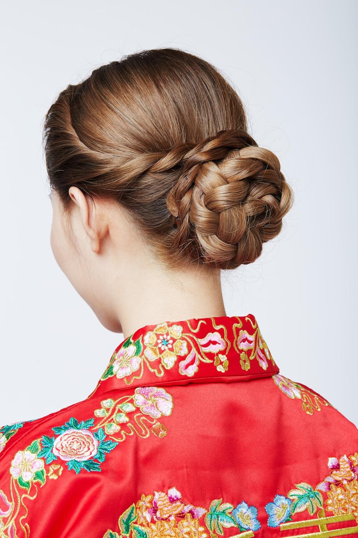 Model rambut untuk bridesmaid gaya side twist flower braid