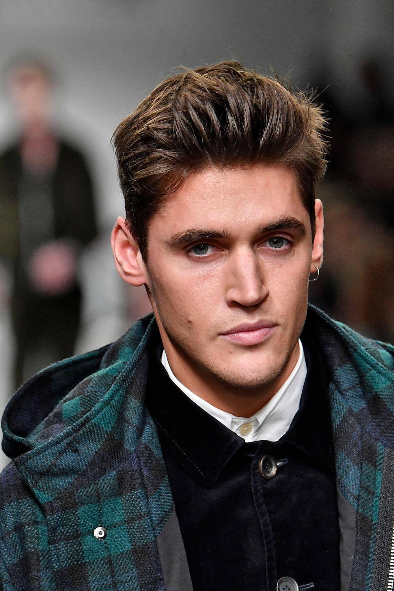 Pria kaukasia dengan model rambut faux hawk warna rambut cokelat terang
