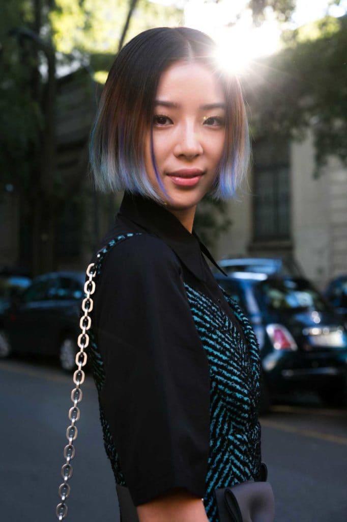 Wanita Asia dengan rambut bob pendek warna ombre biru pastel.