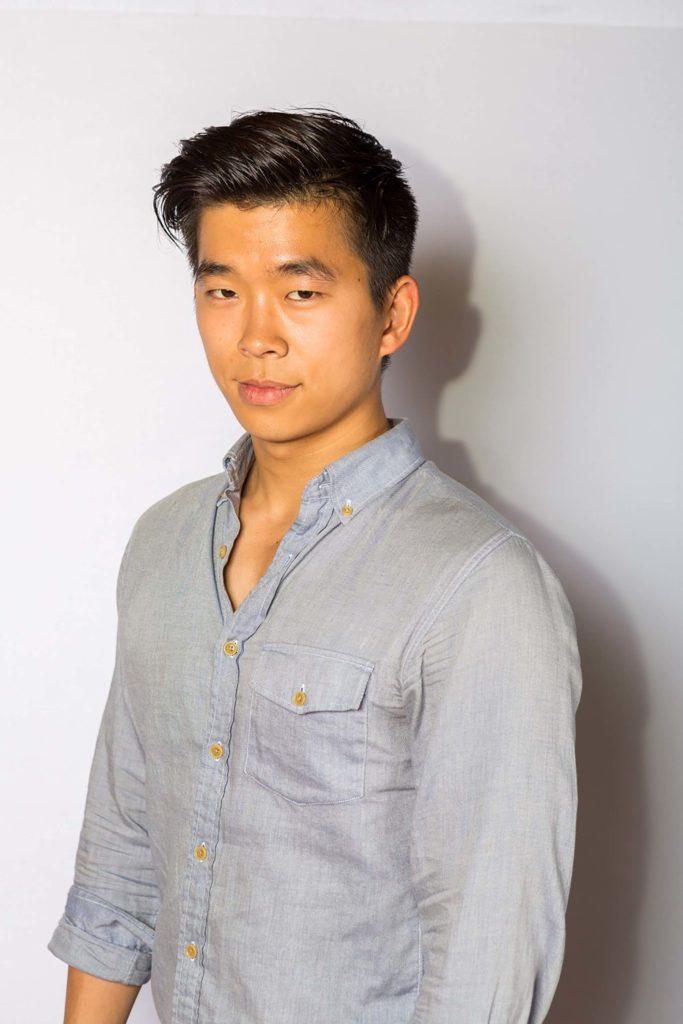 Pria asia dengan model rambut belah pinggir warna hitam gaya sleek
