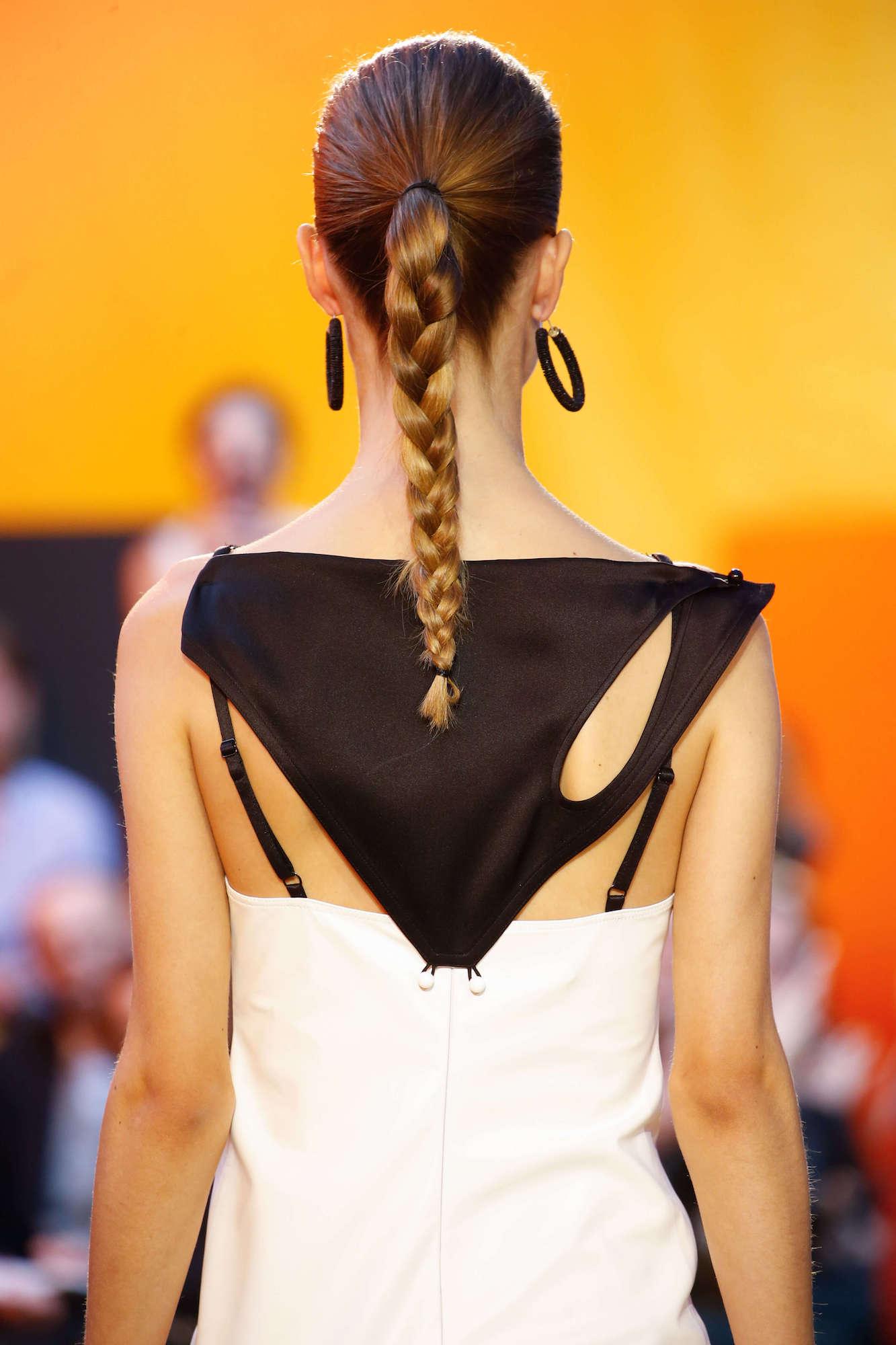 Kepang rambut sederhana atau three strands braid.