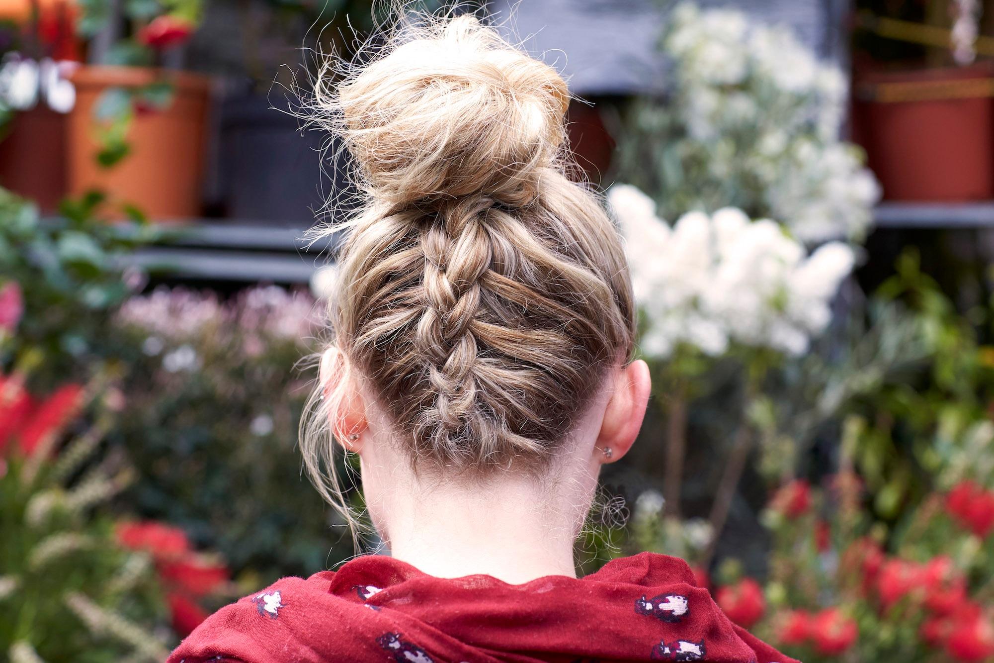 Kepang rambut terbalik atau upside down braid.