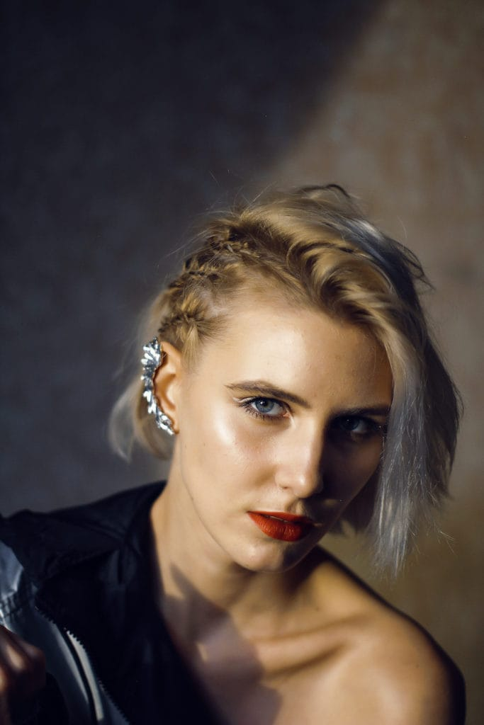 Wanita kaukasia dengan rambut pendek dan side cornrow