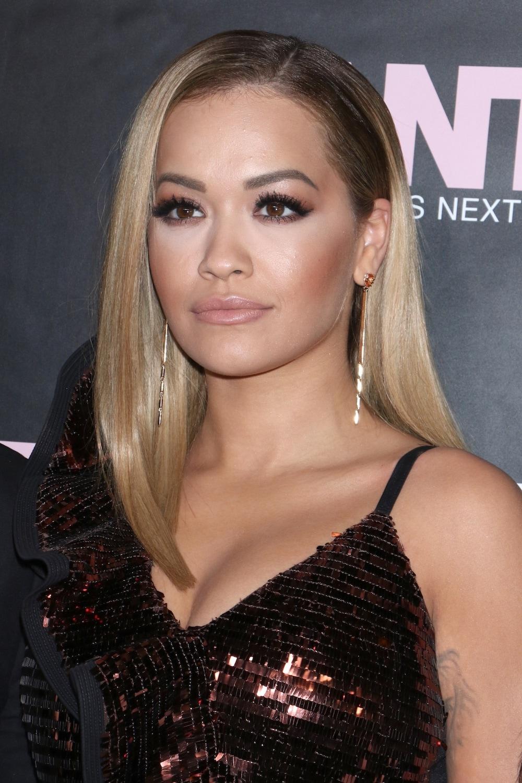 Rita Ora dengan warna rambut black blonde