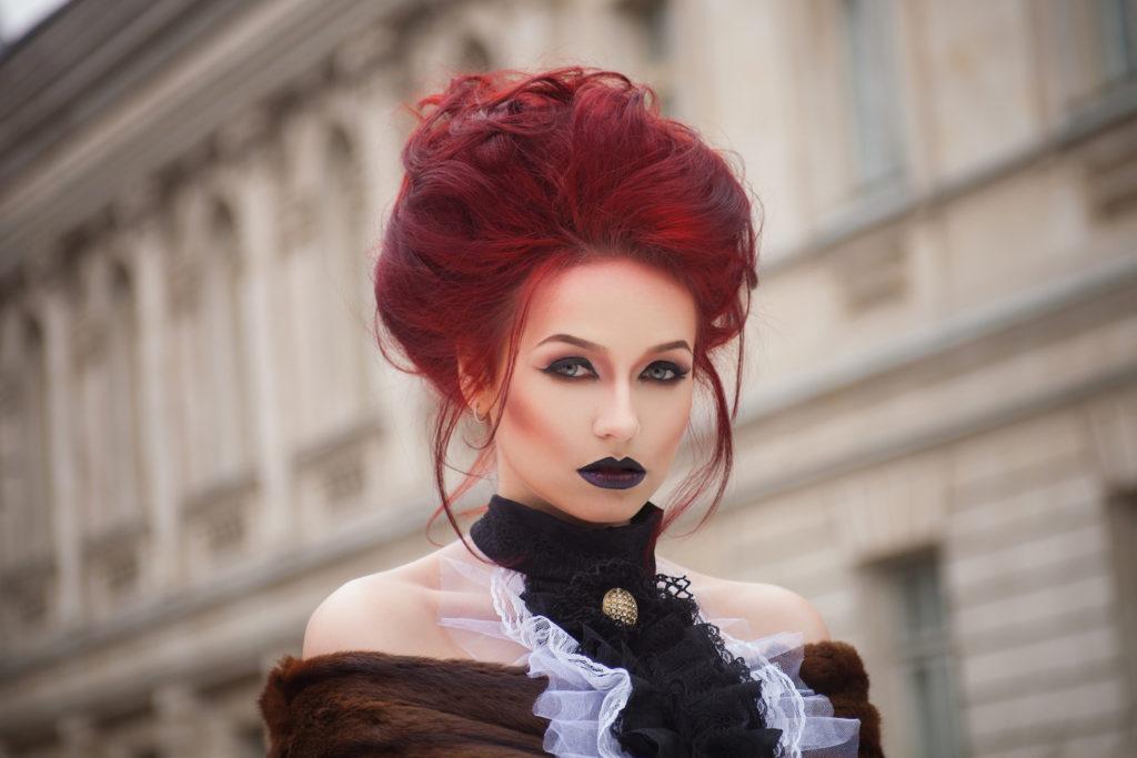 Wanita kaukasia dengan gaya sanggul voluminous yang gothic.