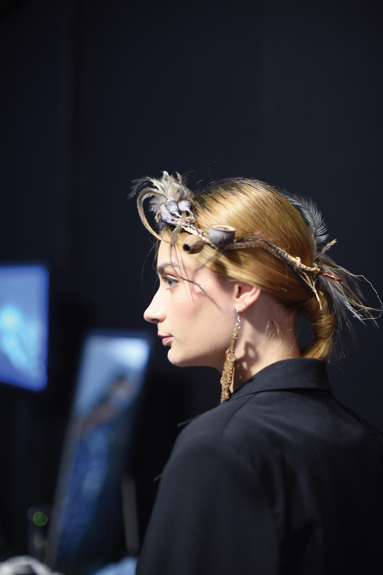 Wanita kaukasia dengan rambut pirang dan model rambut knotted sleek – Jakarta Fashion Week 2019