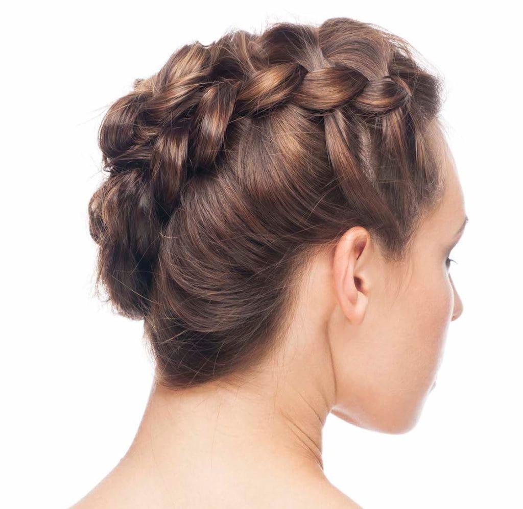 19. wanita kaukasia dengan kepang rambut pendek faux hawk