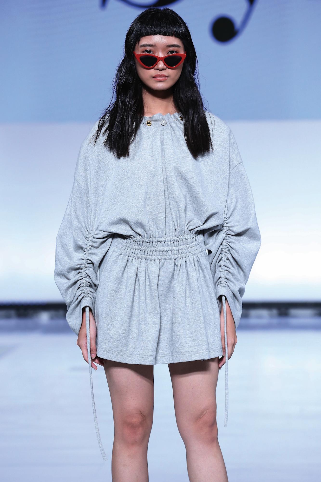 Wanita asia dengan model rambut panjang tanpa layer dan poni pendek – Jakarta Fashion Week 2019