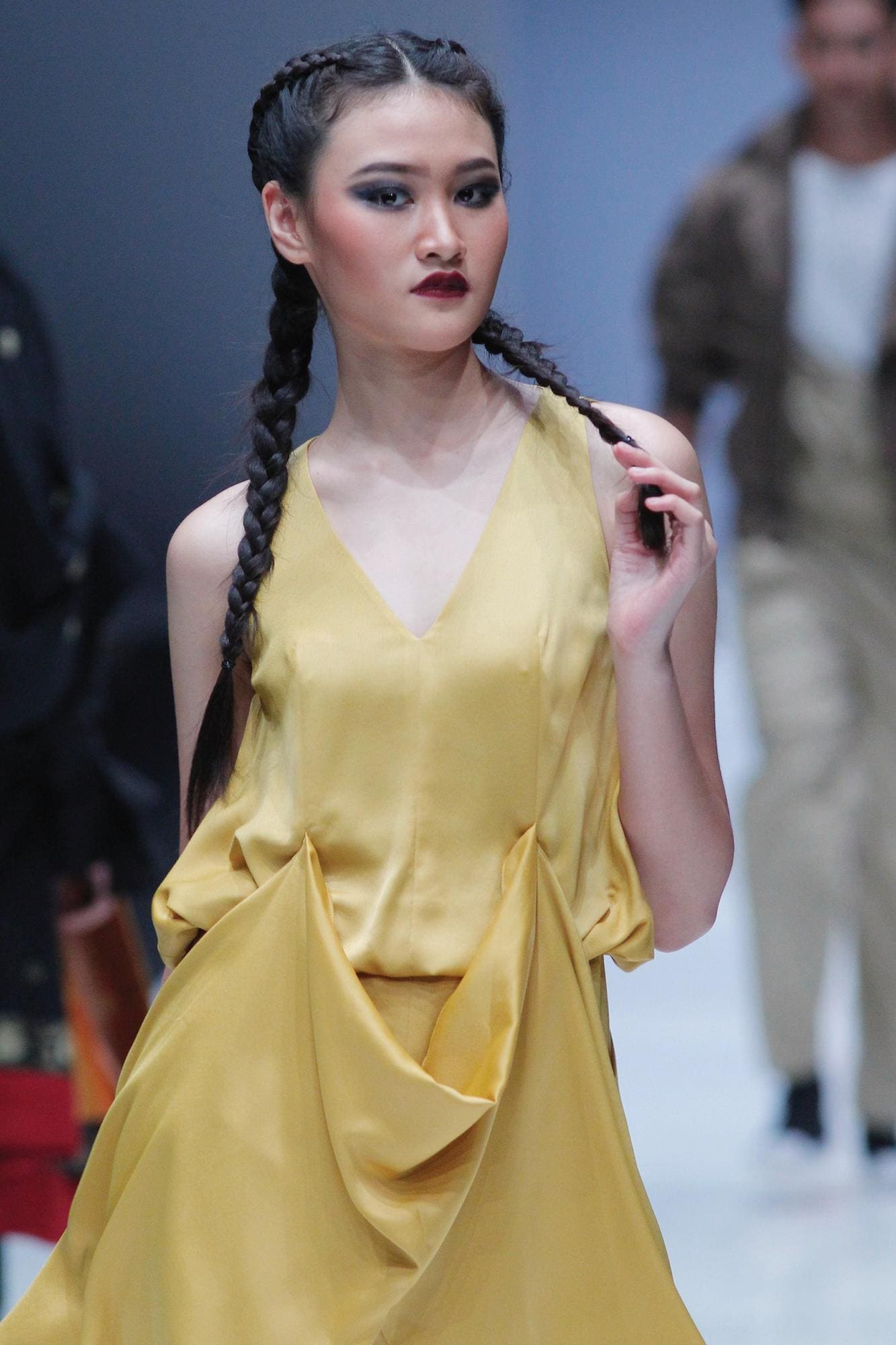 Wanita asia dengan rambut boxer braid dikepang warna hitam – Jakarta Fashion Week 2019