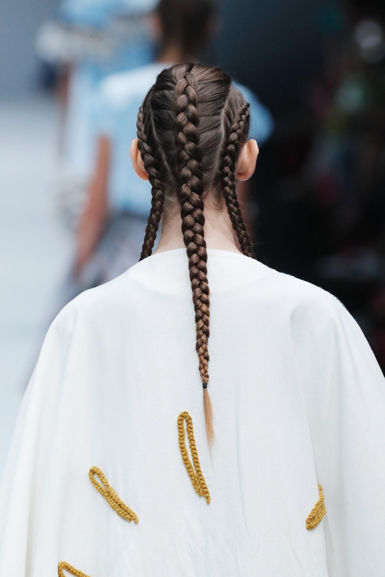 Trend model rambut runway gaya triple dutch braid jfw 2018 binus kanda