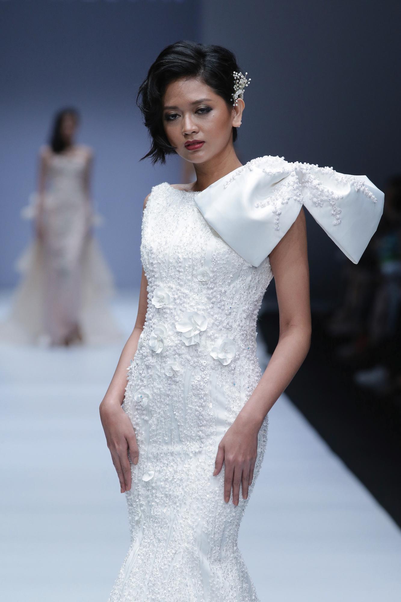 Wanita asia dengan rambut hitam model rambut pixie dengan tekstur menggunakan baju pengantin – Jakarta Fashion Week 2019