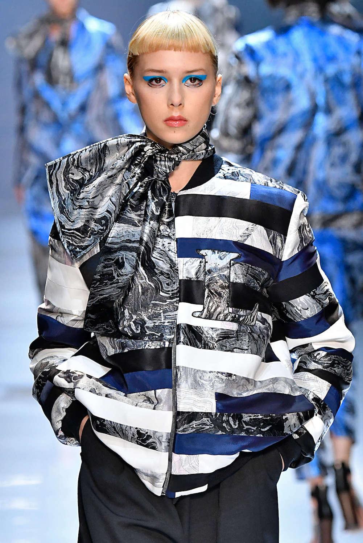 6. wanita kaukasia dengan model rambut crop cut mini bangs blonde