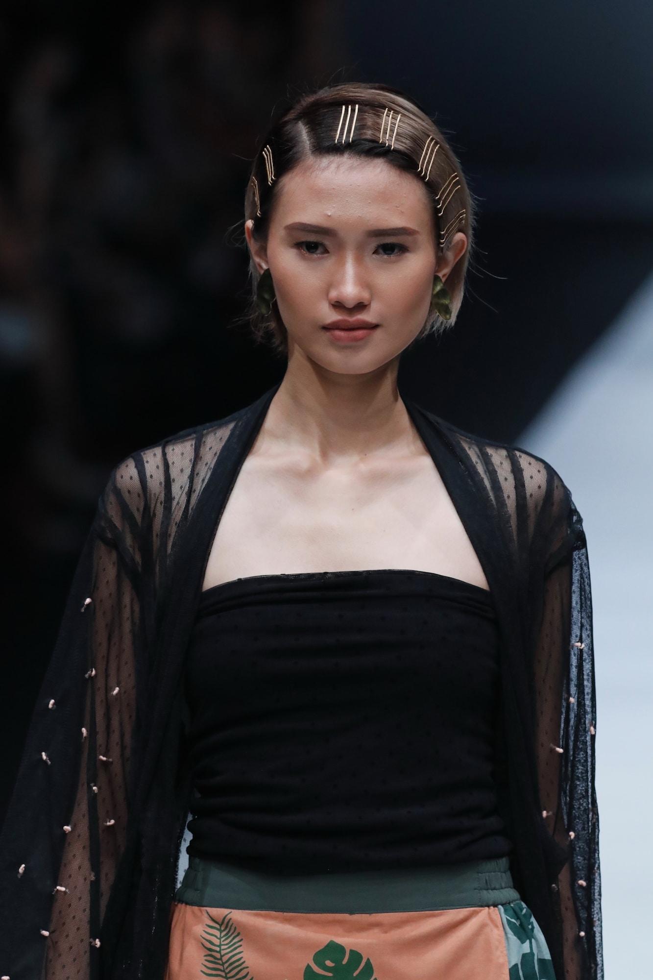 Trend model rambut runway gaya bob dengan aksesoris jepit jfw 2018 new fashon force award