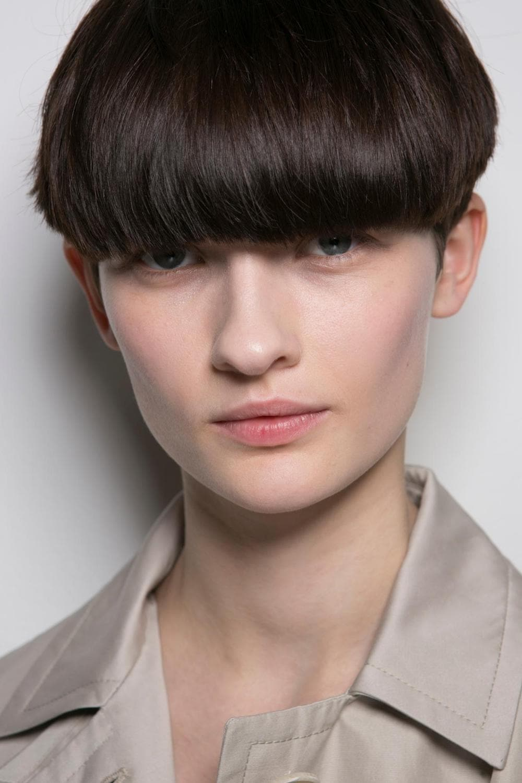 Wanita kaukasia dengan model rambut androgini bowl cut