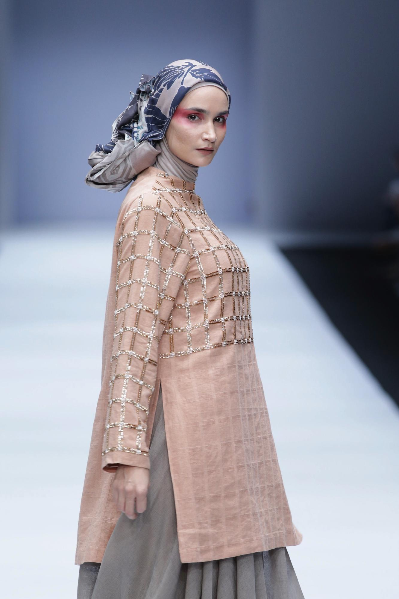 Wanita kaukasia dengan model rambut hijab modern – Jakarta Fashion Week 2019