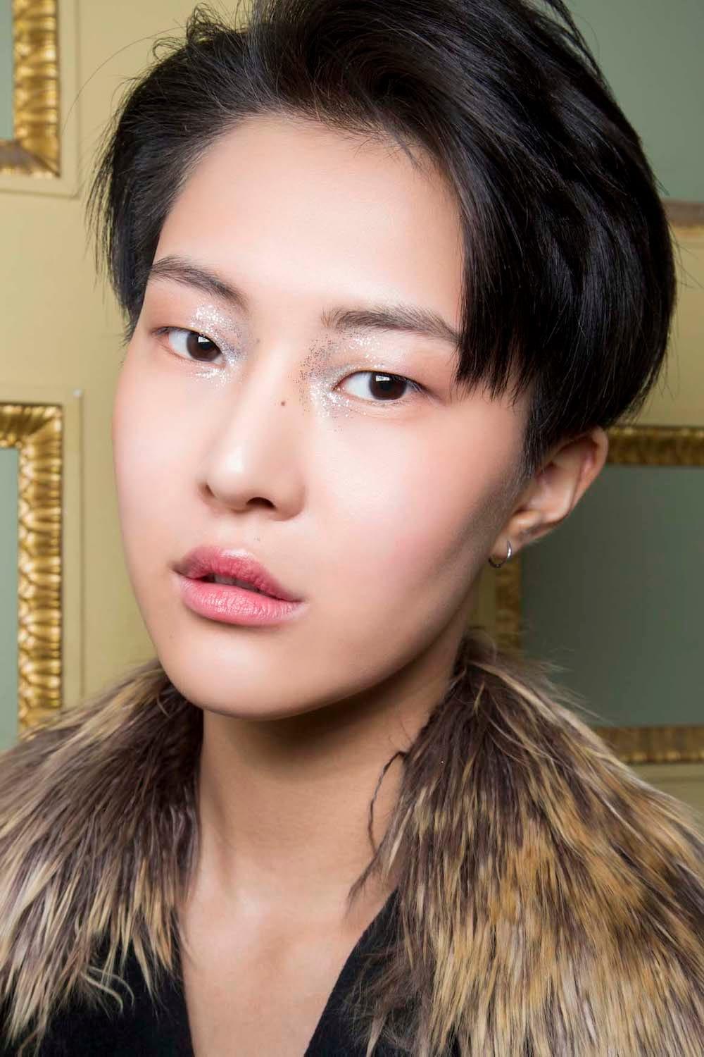 Wanita asia dengan model rambut pixie androgini gaya 90an