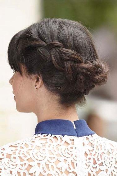 8. wanita kaukasia dengan rambut dark brown kepang rambut pendek