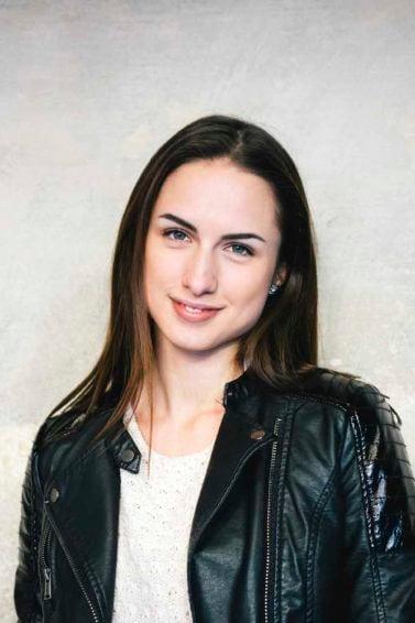9. wanita kaukasia dengan warna rambut dark brown cappucino dengan highlight