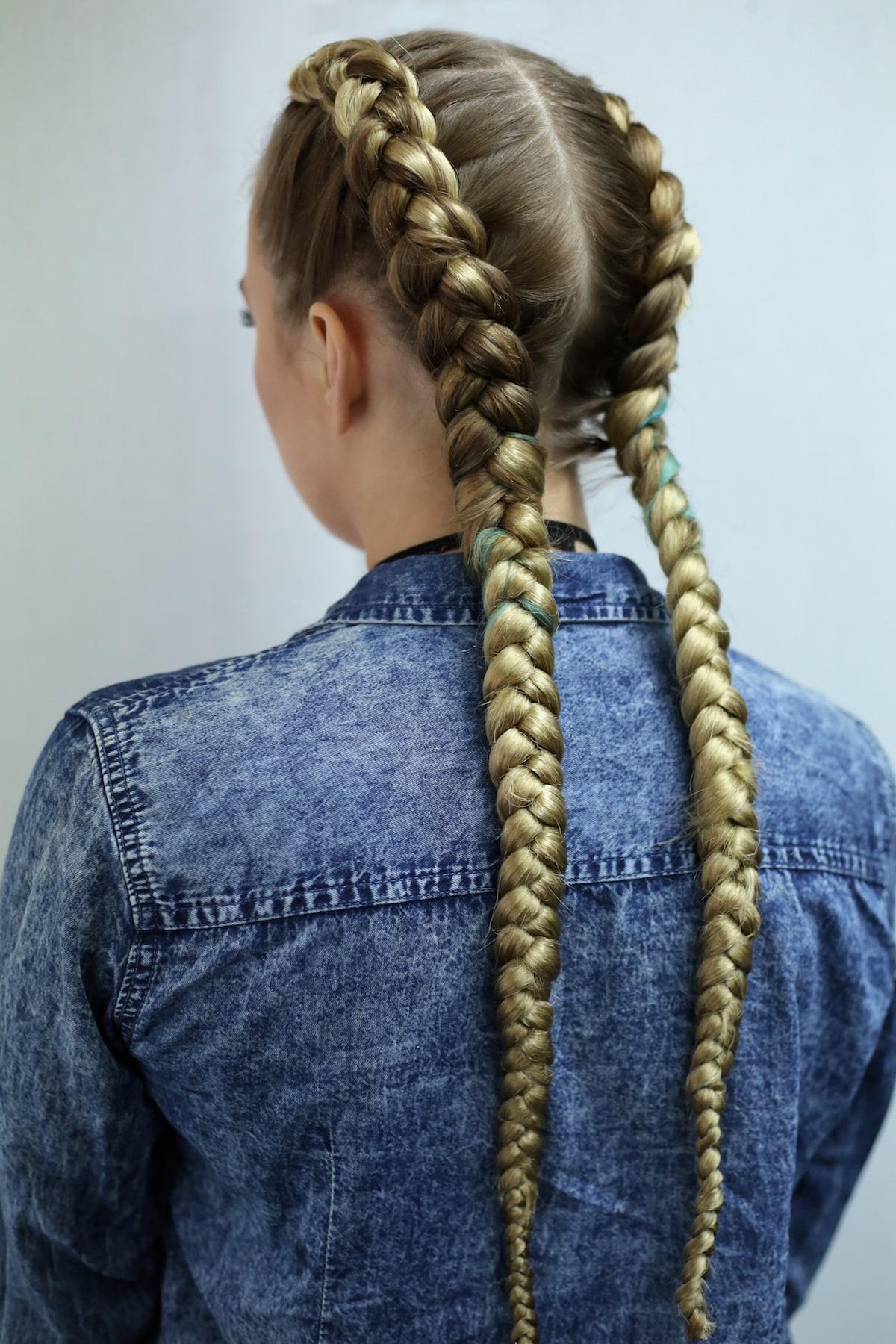 boxer braids pada rambut pirang panjang