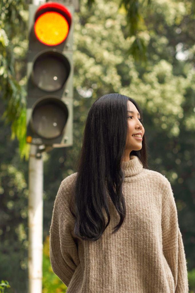 Wanita asia dengan rambut lurus panjang dan layer