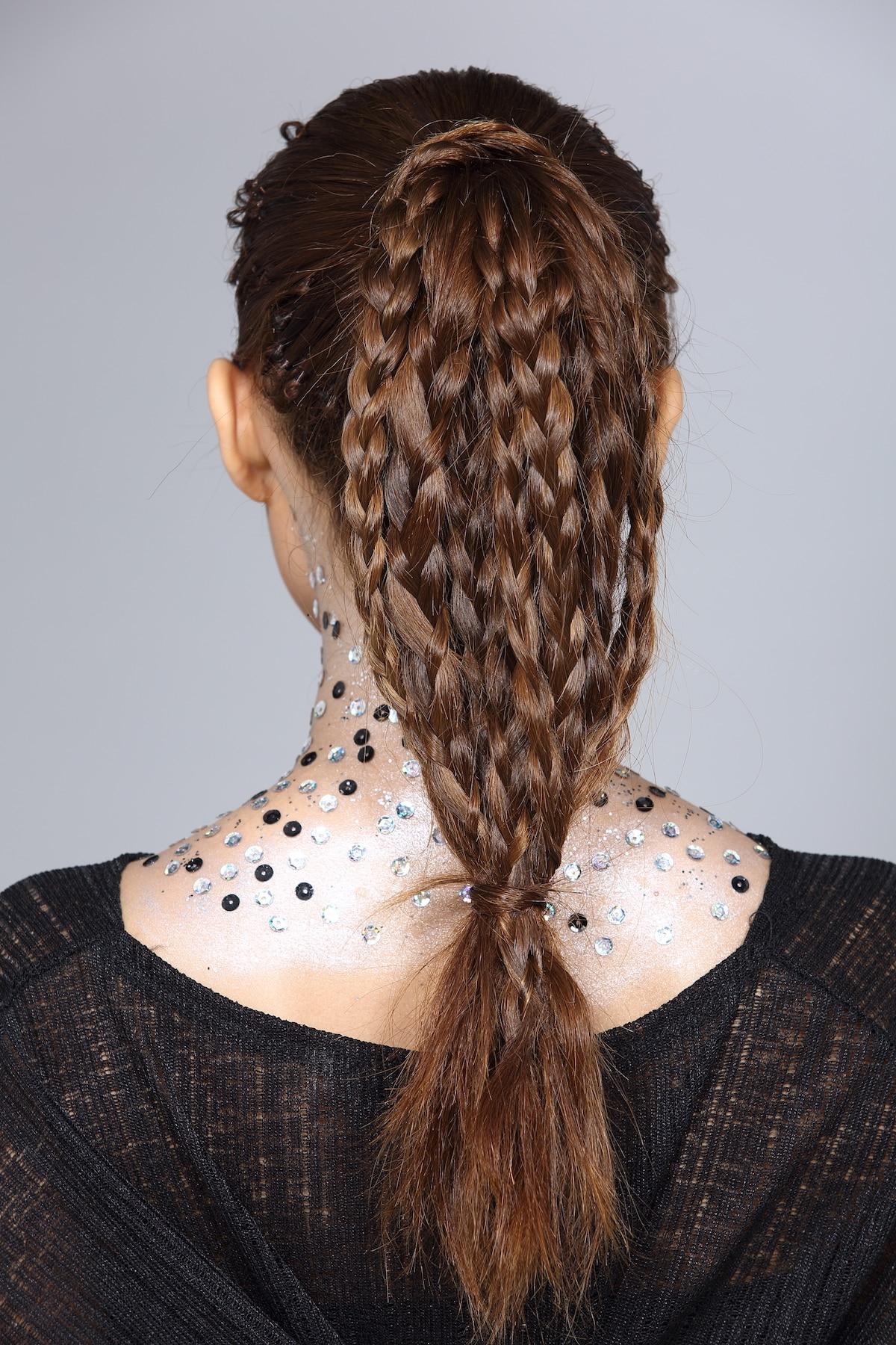 ponytail dengan multiple braids pada rambut panjang berwarna cokelat
