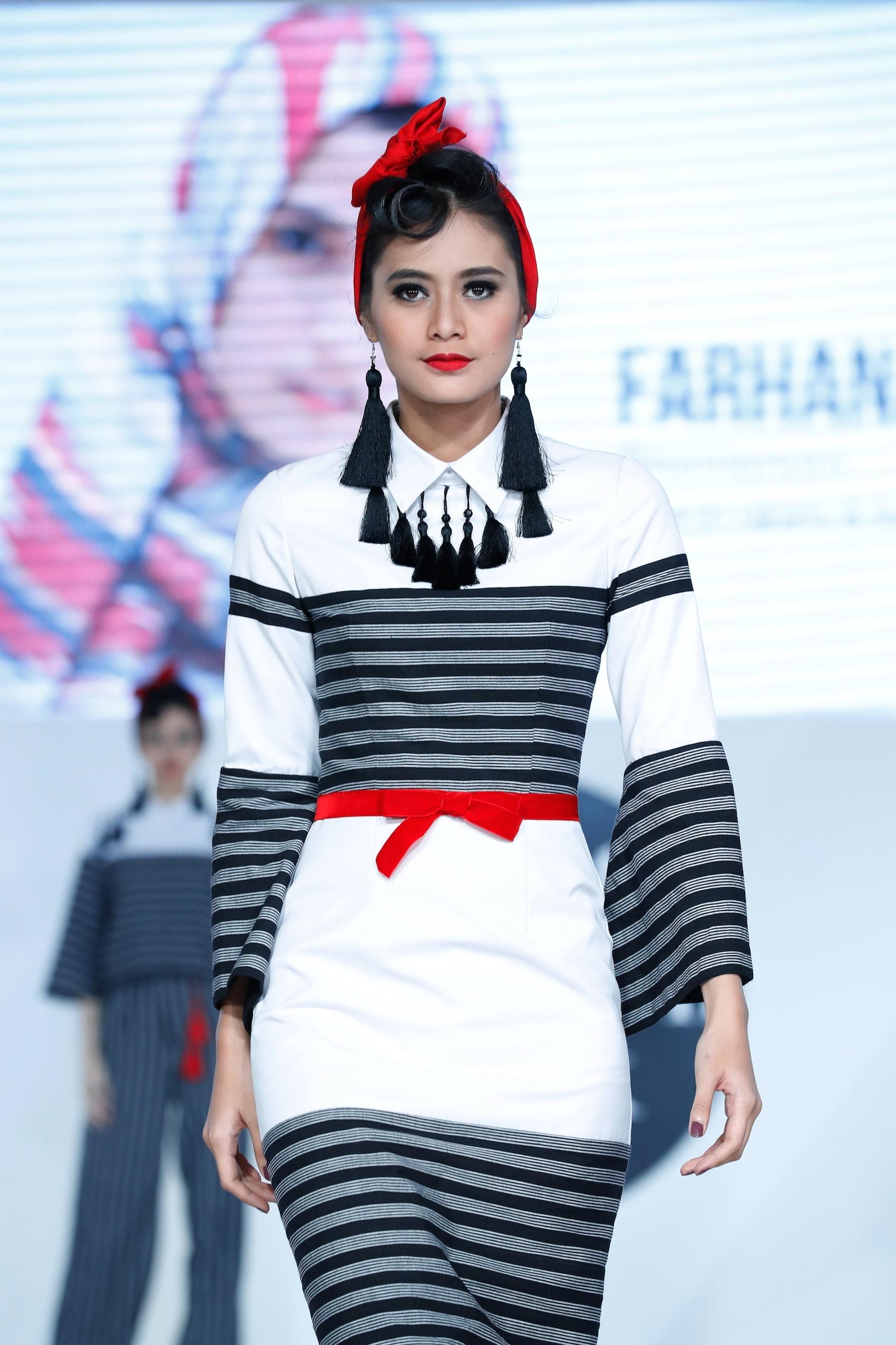 Trend model rambut runway gaya pin-up girl dengan scarf