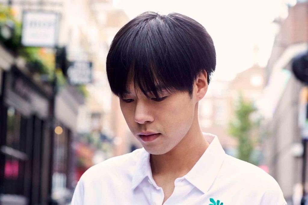 Pria asia dengan model rambut korea warna hitam gaya bowl cut