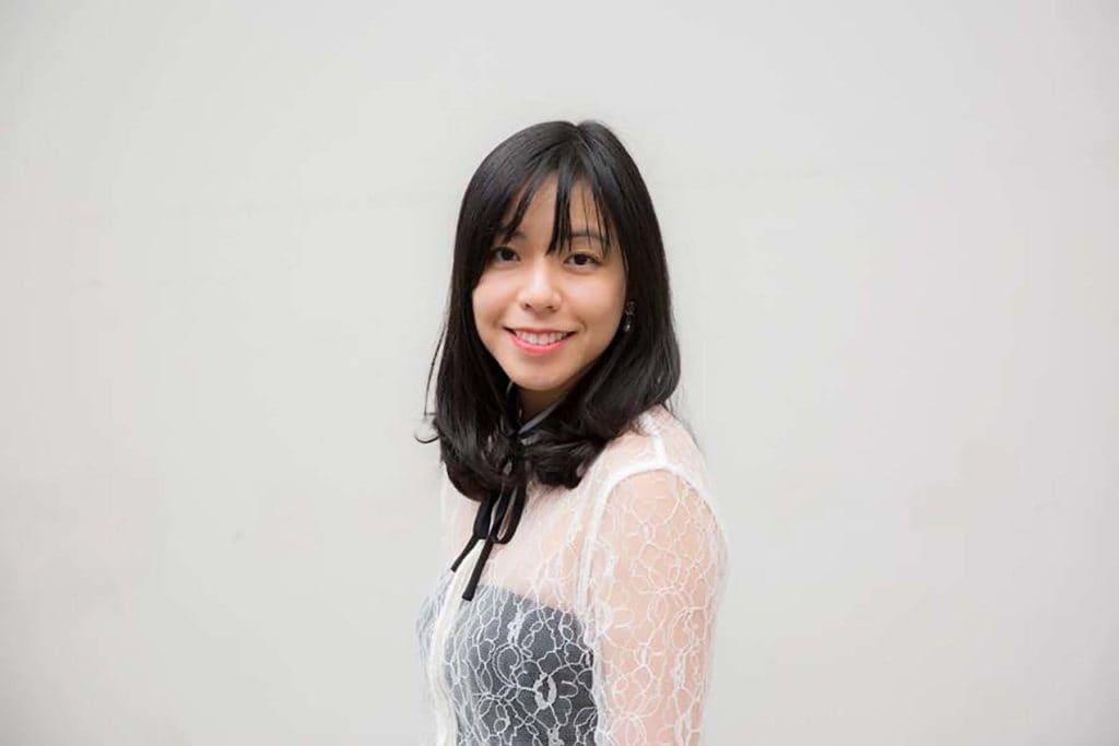 Wanita asia dengan poni tipis - cara menata poni pendek