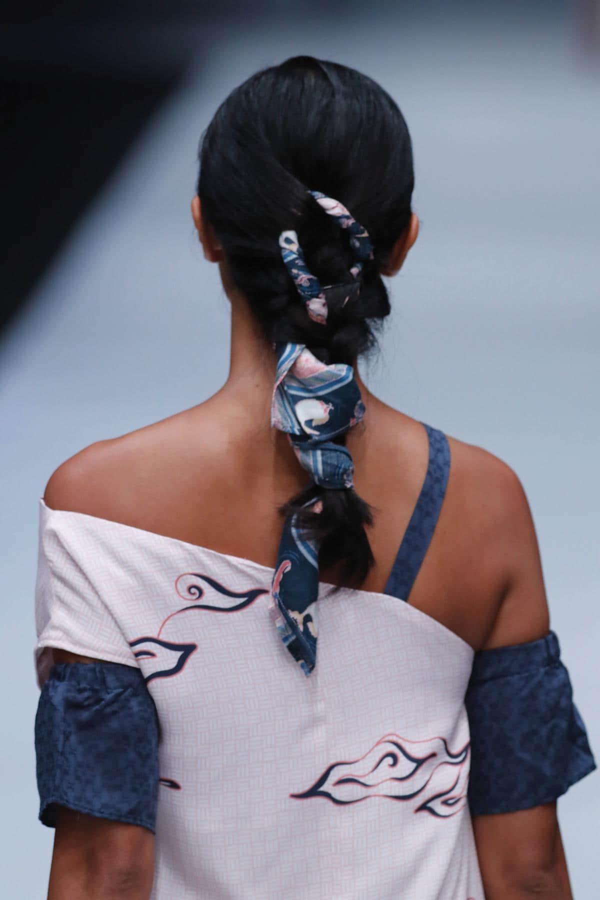 10. wanita asia dengan model rambut kepang untuk pesta kepang dengan scarf