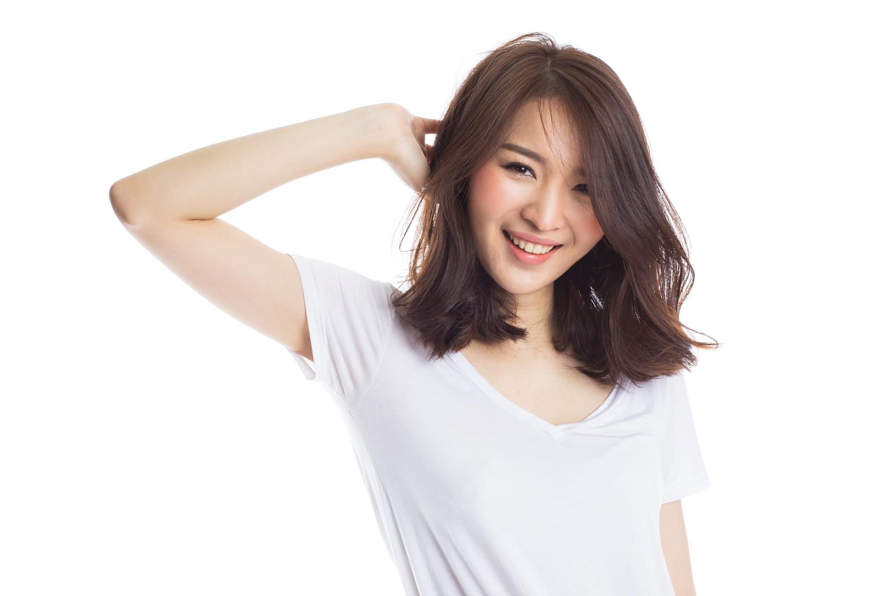 Wanita asia dengan warna rambut caramel brown
