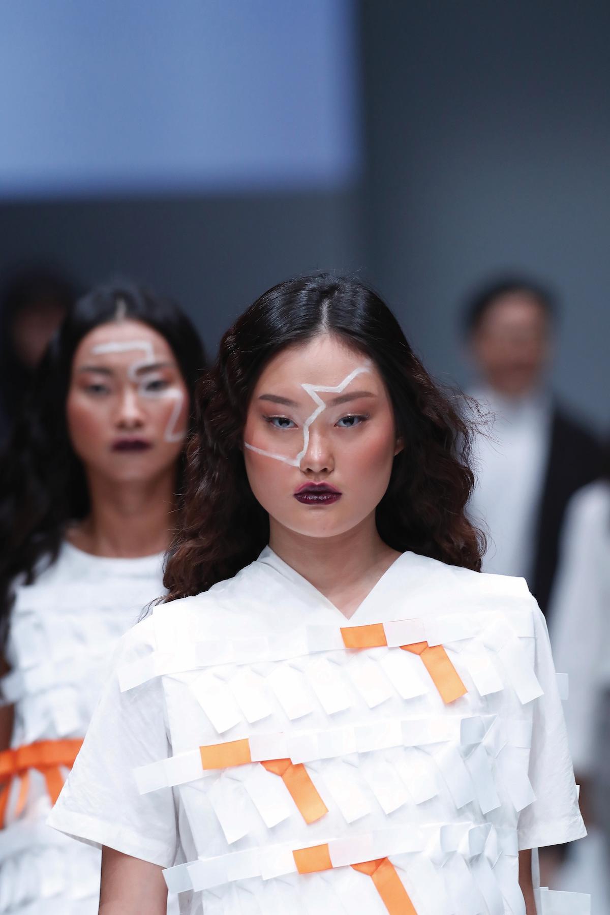 Wanita asia dengan warna rambut dark brown JFW 2018