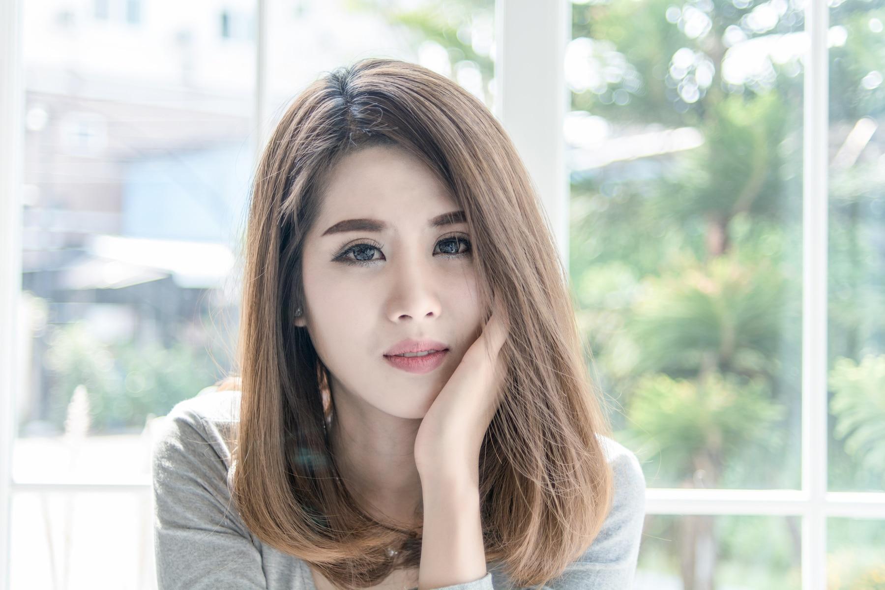 Wanita asia dengan warna rambut Ashy blonde