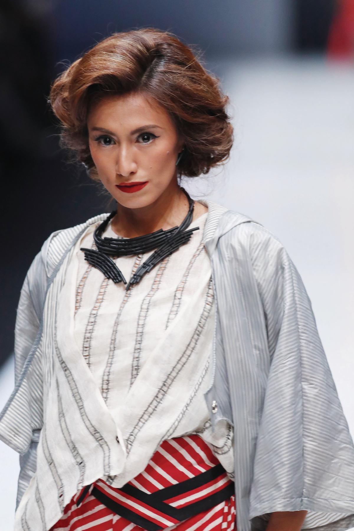 Wanita asia dengan warna rambut brown copper