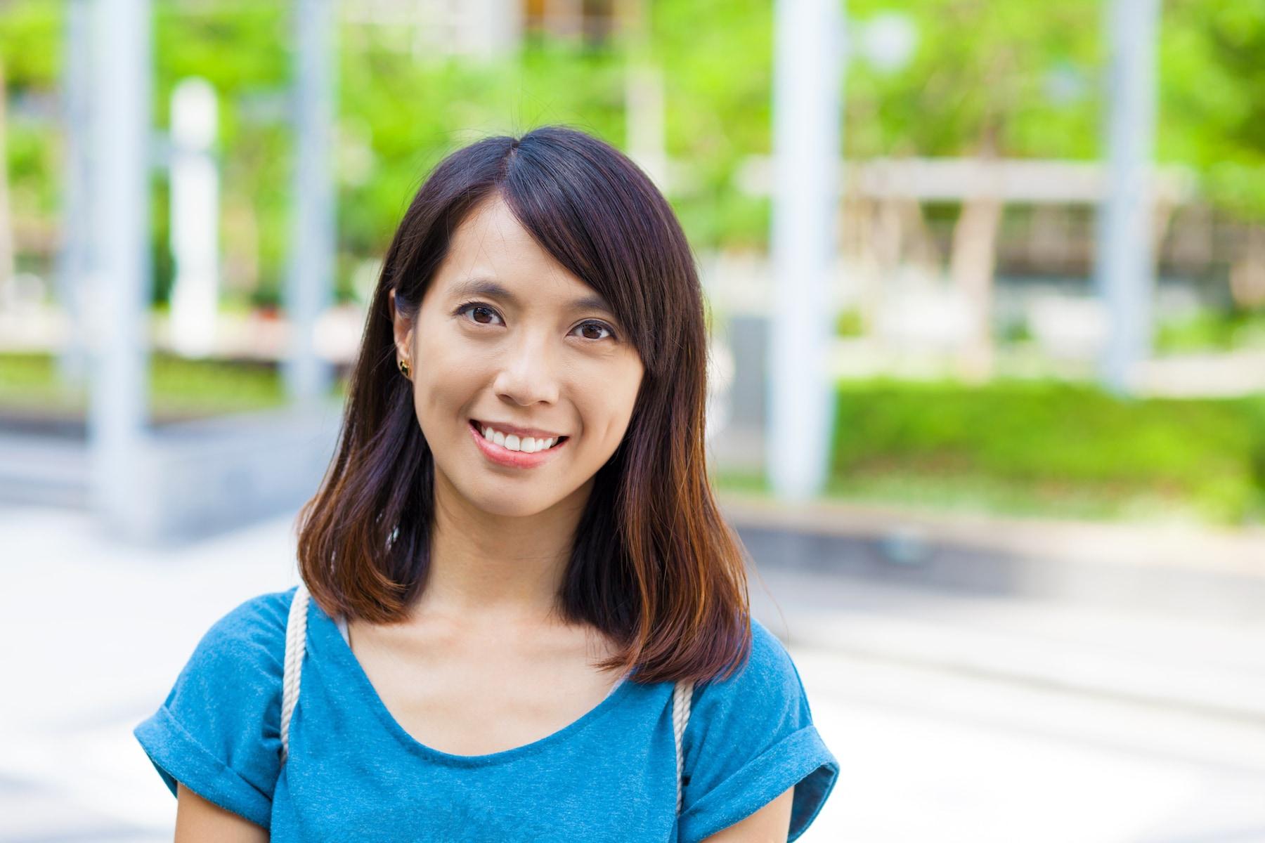 Wanita asia dengan warna rambut honey copper