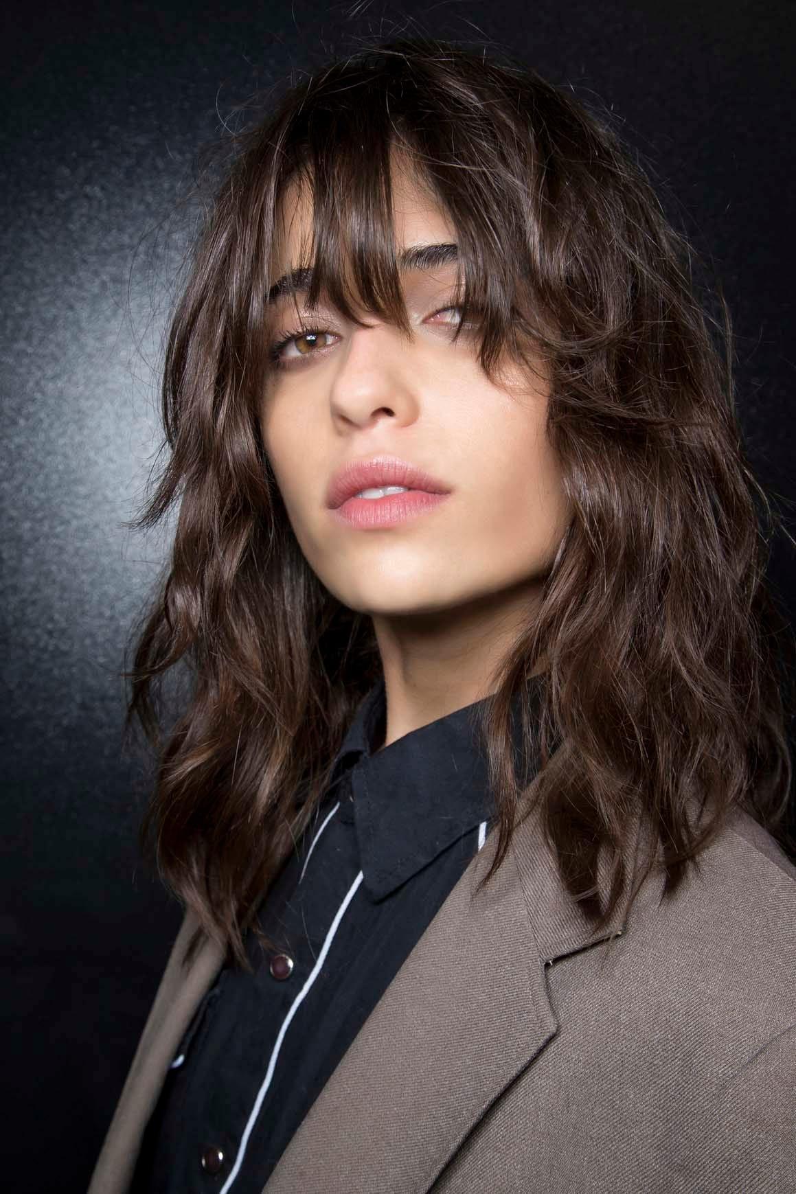 6. wanita kaukasia model rambut shaggy panjang dengan poni panjang