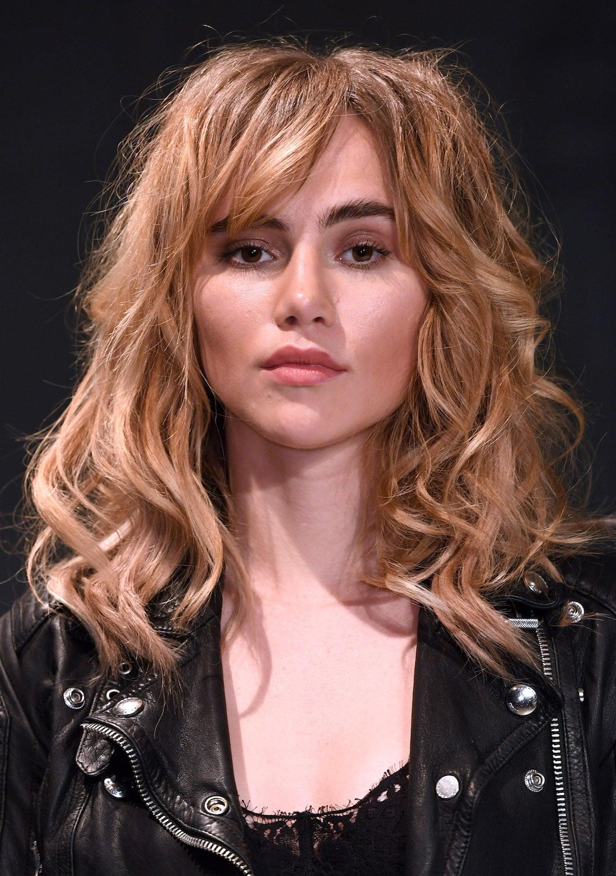 7. suki waterhouse model rambut shaggy panjang messy