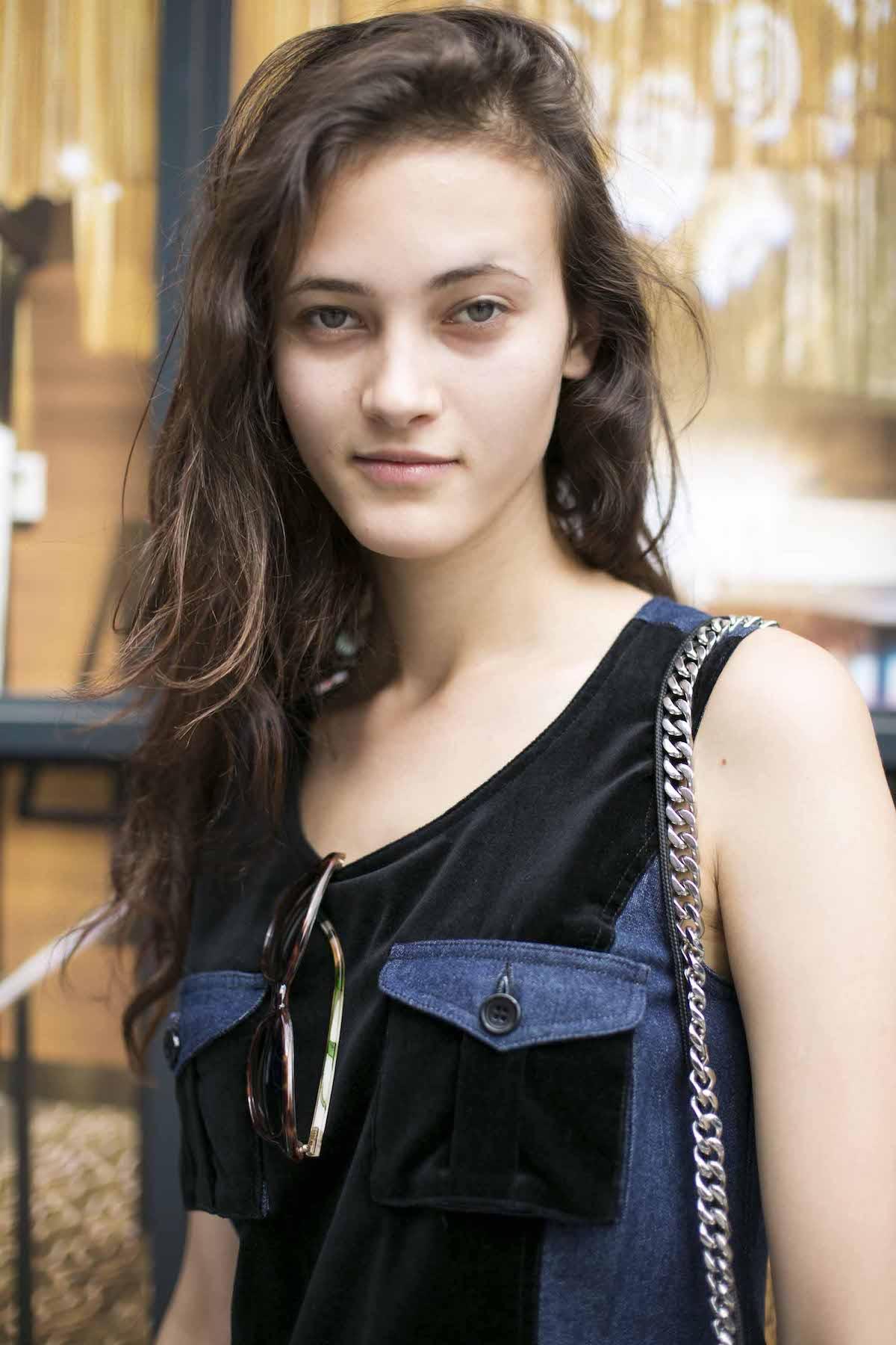 7. wanita kaukasia dengan model rambut keriting panjang dan tipis