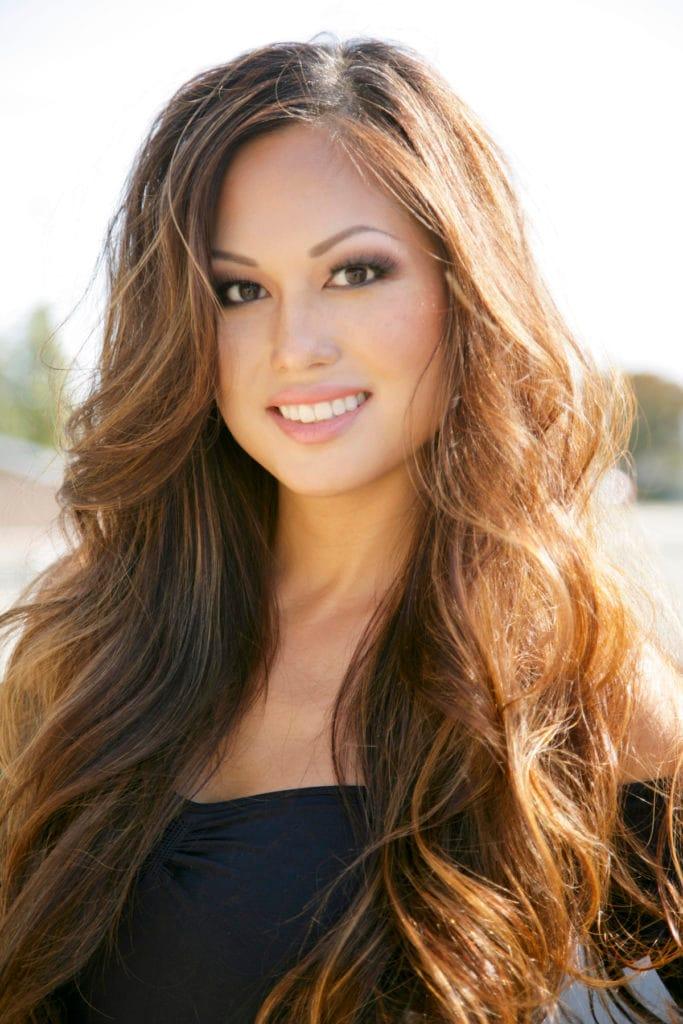 8. wanita asia dengan model rambut layer panjang