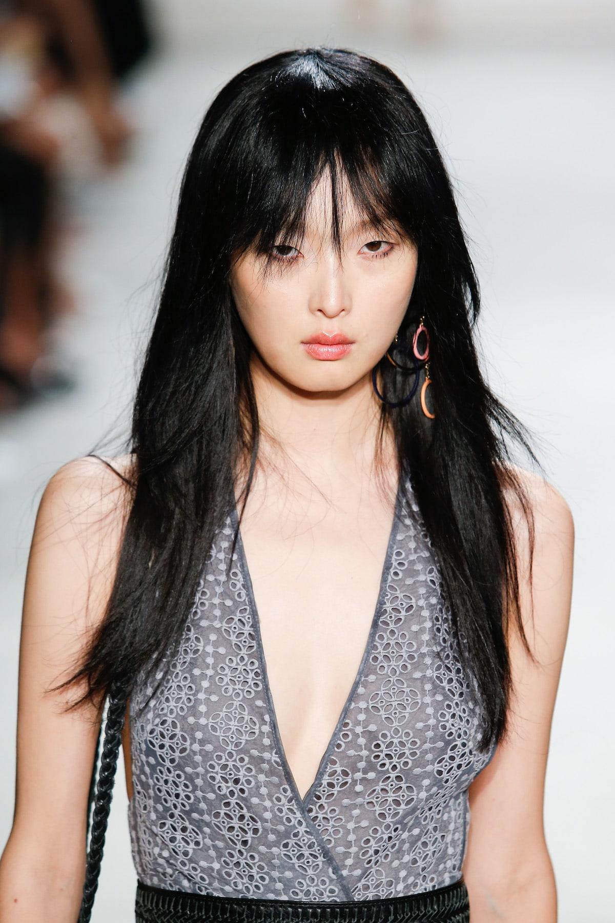 Wanita asia dengan poni panjang see through bangs